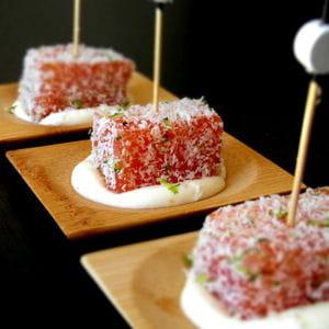dés de saumon en chapelure de coco et citron vert, crème au yuzu