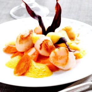 assortiment de carottes glacées, écume de carotte au gingembre et noix de