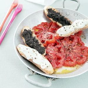 tomates coeur de boeuf, tapenade et crème de roquefort