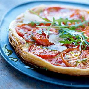 tarte feuilletée à la tomate, pesto de roquette