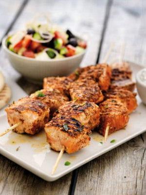 brochette de saumon de norvège et sa salade grecque.