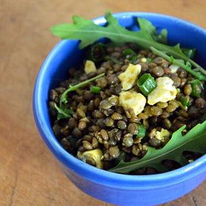 salade de lentilles à la feta, vinaigrette au curcuma