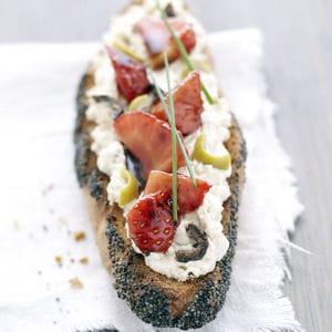 tartine pavot, fraises au balsamique et olives