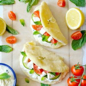 pain pita, façon gyros: tzatziki, concombre, tomates & feta
