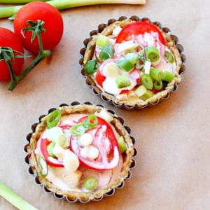 mini tartelettes au blanc de poulet, cébettes et tomates