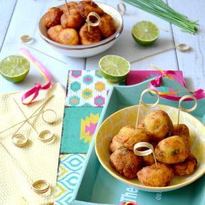 beignets de fruit à pain à la morue et au citron vert et aux herbes