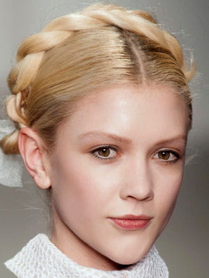 La couronne tress e le d fil des coiffures tendances de la rentr e journal des femmes - Coiffure couronne tressee ...