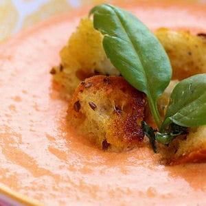soupe froide de tomates et croûtons au basilic