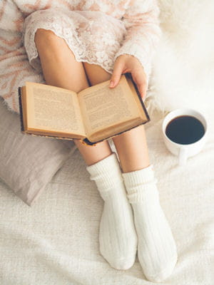 livre un bon livre au lit les petits plaisirs de la r dac 39 journal des femmes. Black Bedroom Furniture Sets. Home Design Ideas