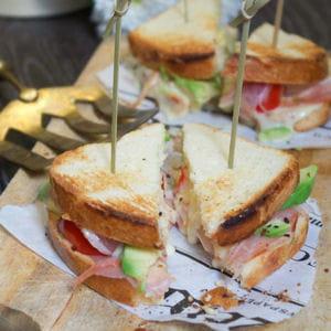 club sandwich bacon, avocat, tomate et époisse