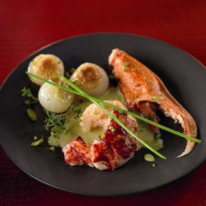 homard bleu, oignons confits, bisque à la pistache