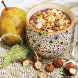 crème chocolatée végétale, noisettes, poire et crumble au sirop d'érable
