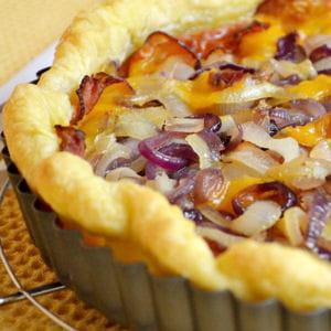 tarte aux deux oignons, lard et cheddar