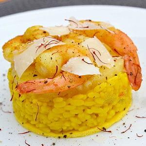 risotto jaune aux gambas et ananas sur lit d'omelette