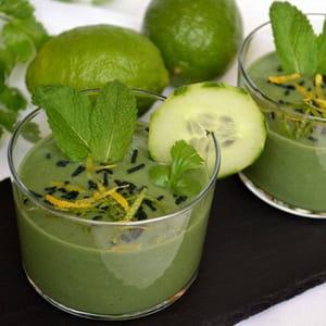 gaspacho de concombre et avocat, citron vert et spiruline