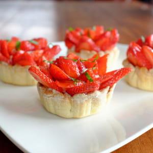 tartelettes aux fraises sur crème pâtissière au basilic