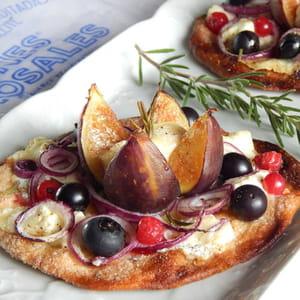 tarte fine aux figues, chèvre, fruits rouges et romarin à la façon d'inés