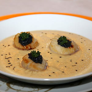 velouté de navet boule d'or au foie gras et noix de st-jacques, sel noir