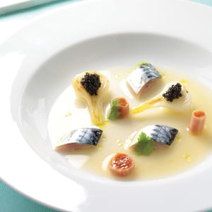 maquereau poché, caviar, oignon nouveau, bouillon de tomate et céleri