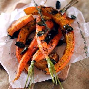 carottes, patates douces et potimarron rôtis au curry noir et graines