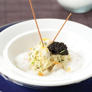 caviar, spaghetti de pomme de terre, nage de coques, coques, écume de champagne