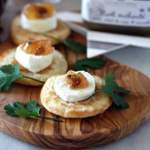 blinis au bouchon du quercy, confiture de poire cannelle et éclats de noix