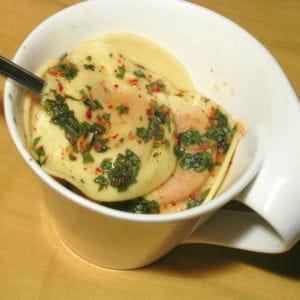 raviolis de légumes, sauce pimentée au basilic