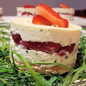 délice aux fraises et mousse au chocolat blanc