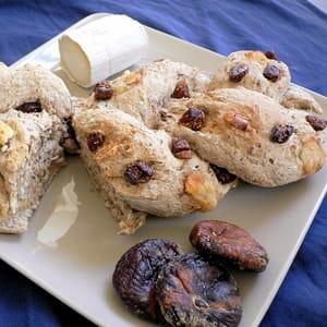 pain de seigle tressé aux figues et au chèvre