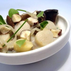 blanquette de pétoncles, champignons et noisettes