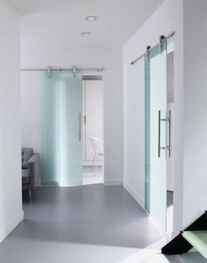 En verre tremp des portes coulissantes pratiques et design journal des femmes for Porte coulissante en verre noir leroy merlin