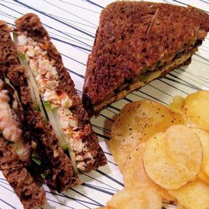 black club-sandwich aux rougets et à la feta