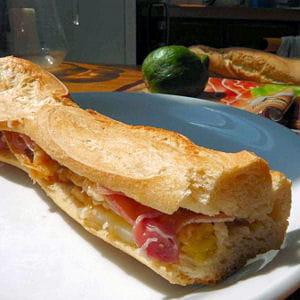 sandwich aux figues fraîches et au jambon sec