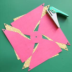 Fabriquer un moulin à vent en papier. 635696-percer-des-petits-trous
