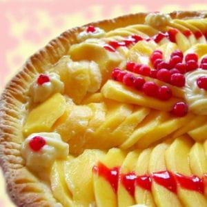 tarte aux mangues sur coulis de fruits rouges