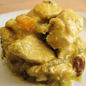 escalopes de dinde au curry, raisins secs et pêches