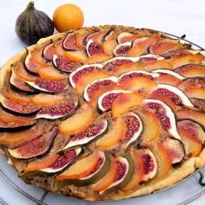 tarte à la crème de noisettes, figues et prunes