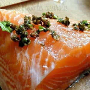 saumon mi-cuit au poivre vert frais et à l'aillet