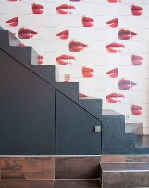 cette lectrice a égayé son escalier avec du papier peint
