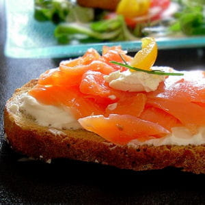 bruschette au saumon fumé, fromage frais et mâche