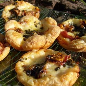 bouchées au comté, figues , jambon cru et basilic