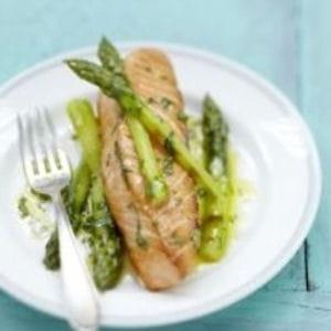 pavé de saumon écossais label rouge aux asperges vertes grillées, vinaigrette à