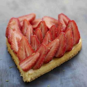cœur de fraises sur un esprit de cheesecake