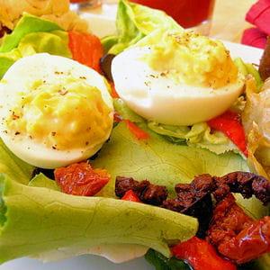 salade aux antipasti et aux œufs mimosa