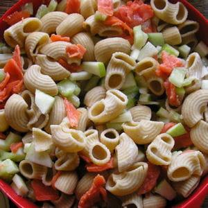 salade de pâtes, concombre, saumon et pommes granny