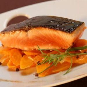 dos de saumon de norvège laqué au miel de soja, carottes caramélisées