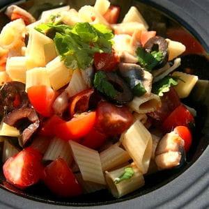 salade de penne, olives noires, anchois marinés