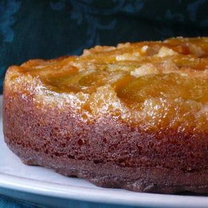 gâteau renversé et mouillé à l'abricot