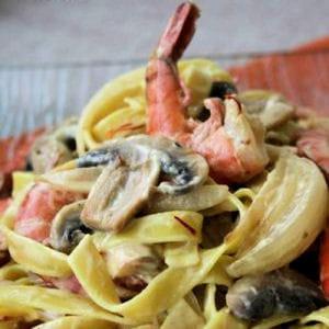 tagliatelles aux crevettes à la sauce safranée