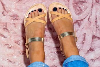 Jolis pieds cherchent sandales et nu-pieds d'été